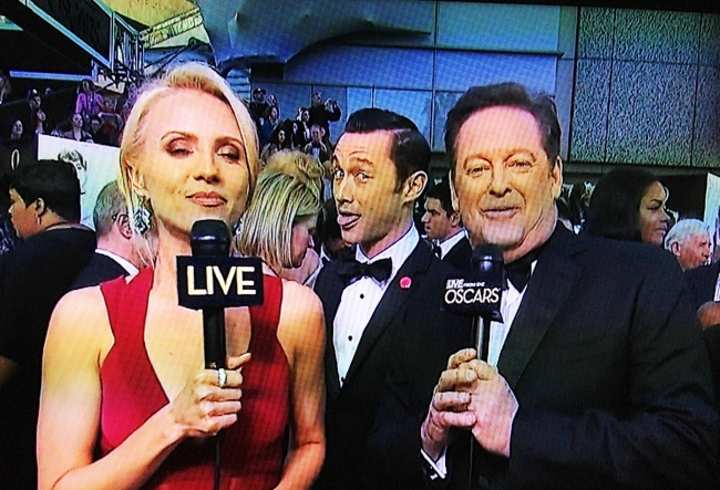 Joseph Gordon/Levitt photobomb at the Oscars