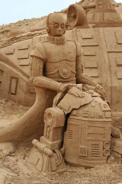 C3P0 and R2D2 sand sculpture
