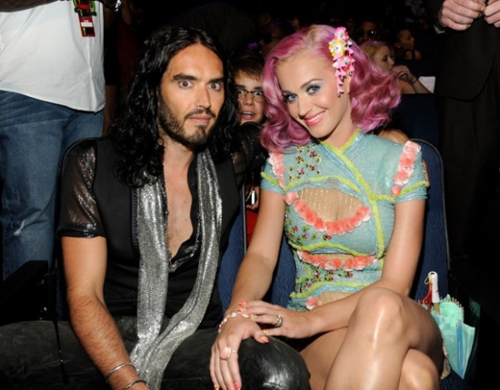 Justin Bieber photobombs Russell Brand and Kart Perry
